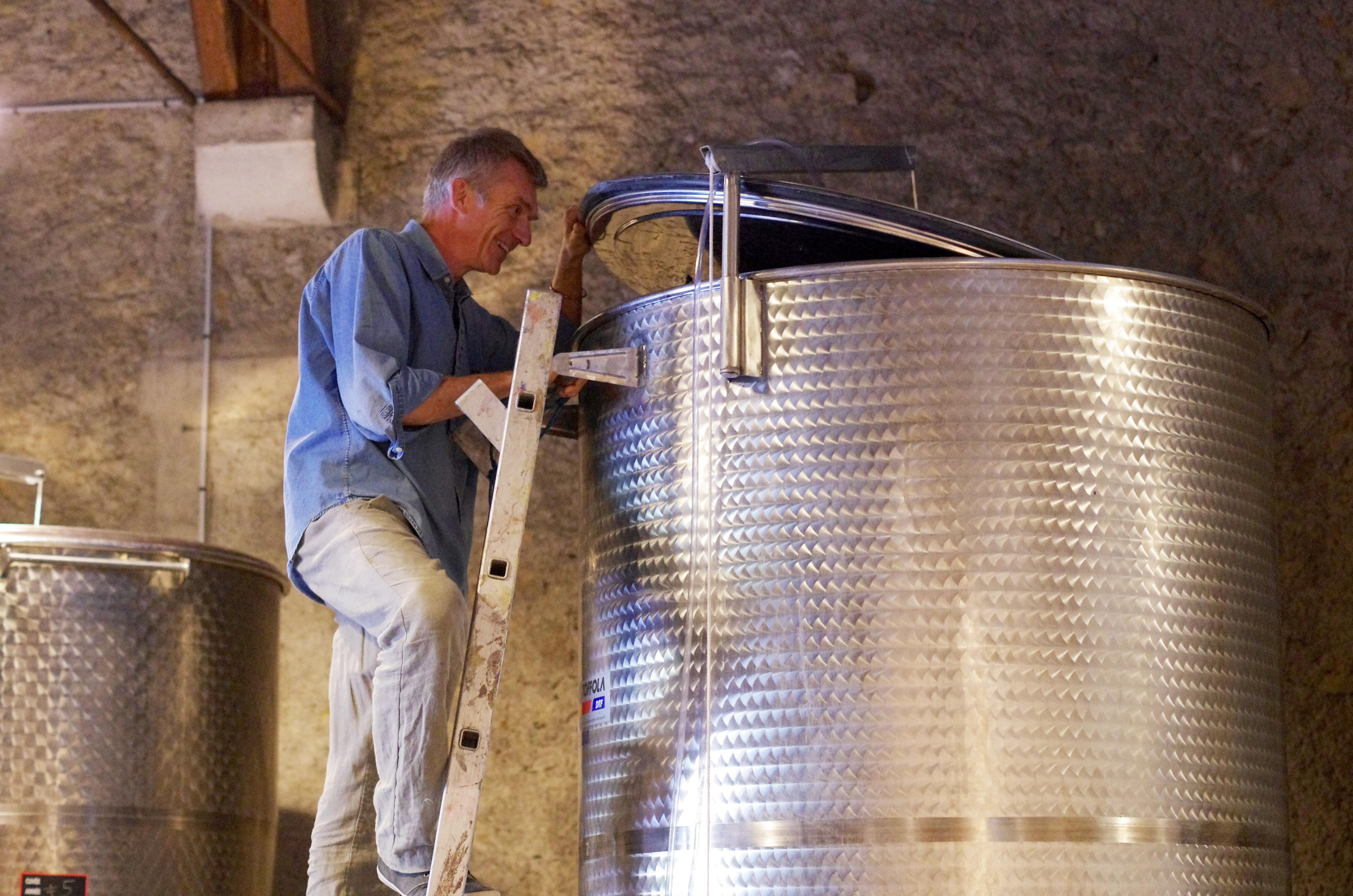 Stéphane Monmousseau dans sa cave