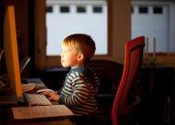 Un enfant devant un écran Crédits Lars Plougmann