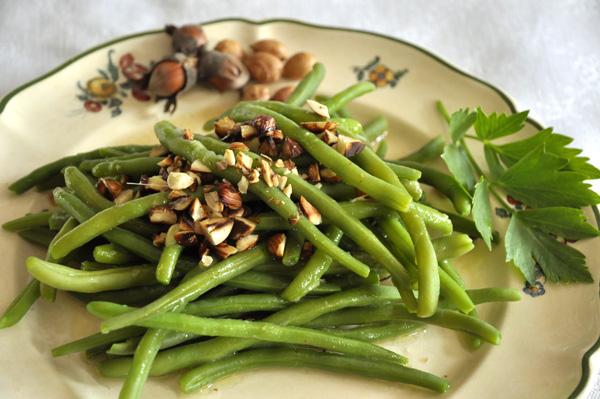 Salade de haricots verts aux noisettes grillées