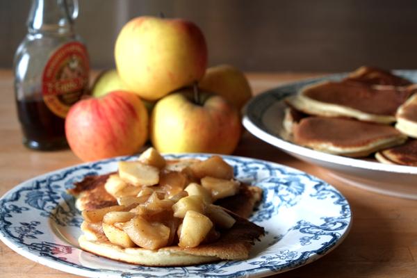 Pancakes et pommes cuites au sirop d'érable