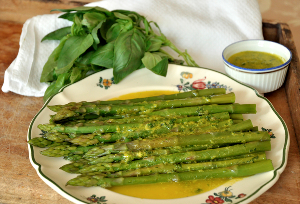 Asperges vertes, sauce au basilic