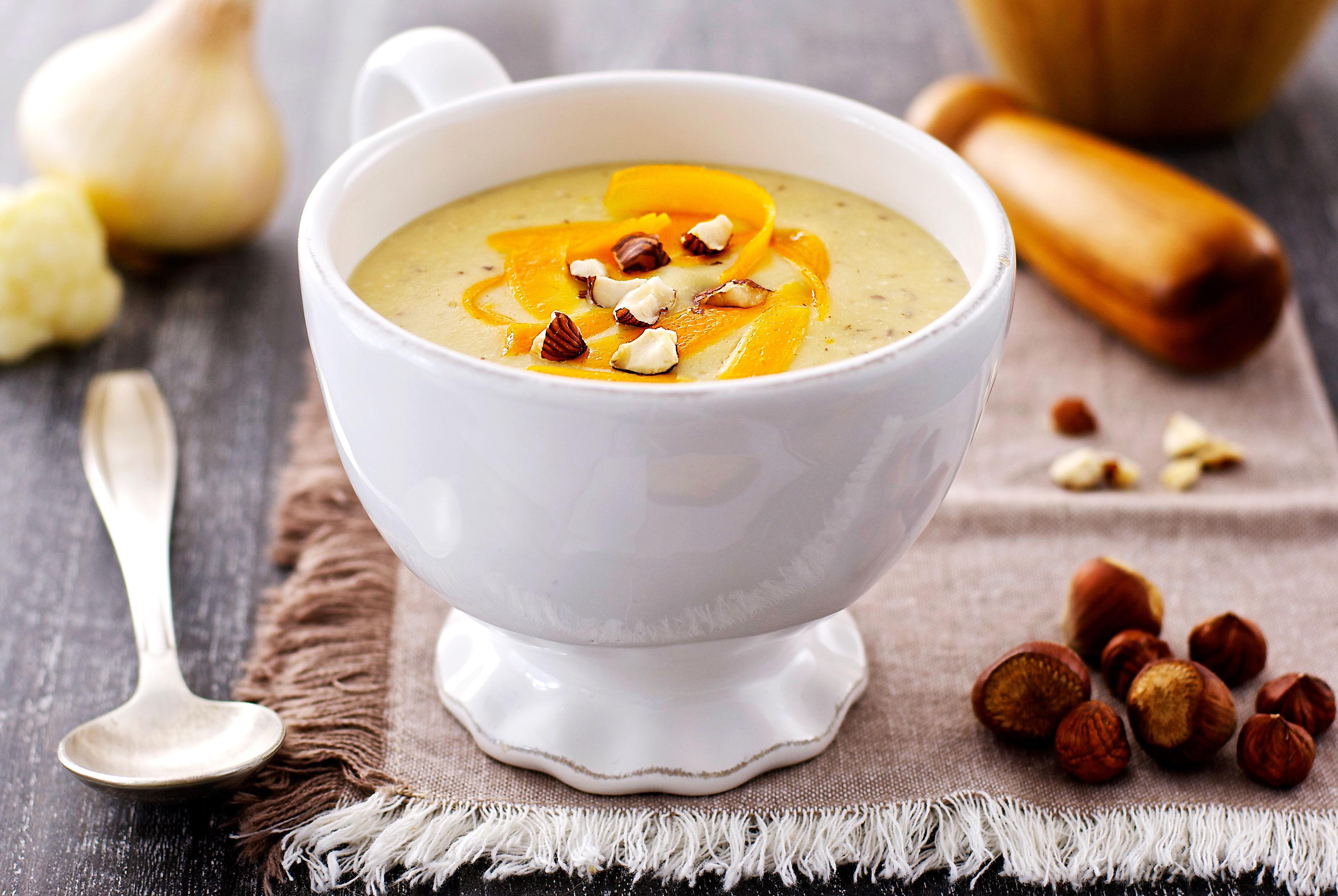 Crème de chou-fleur à la mimolette et aux noisettes