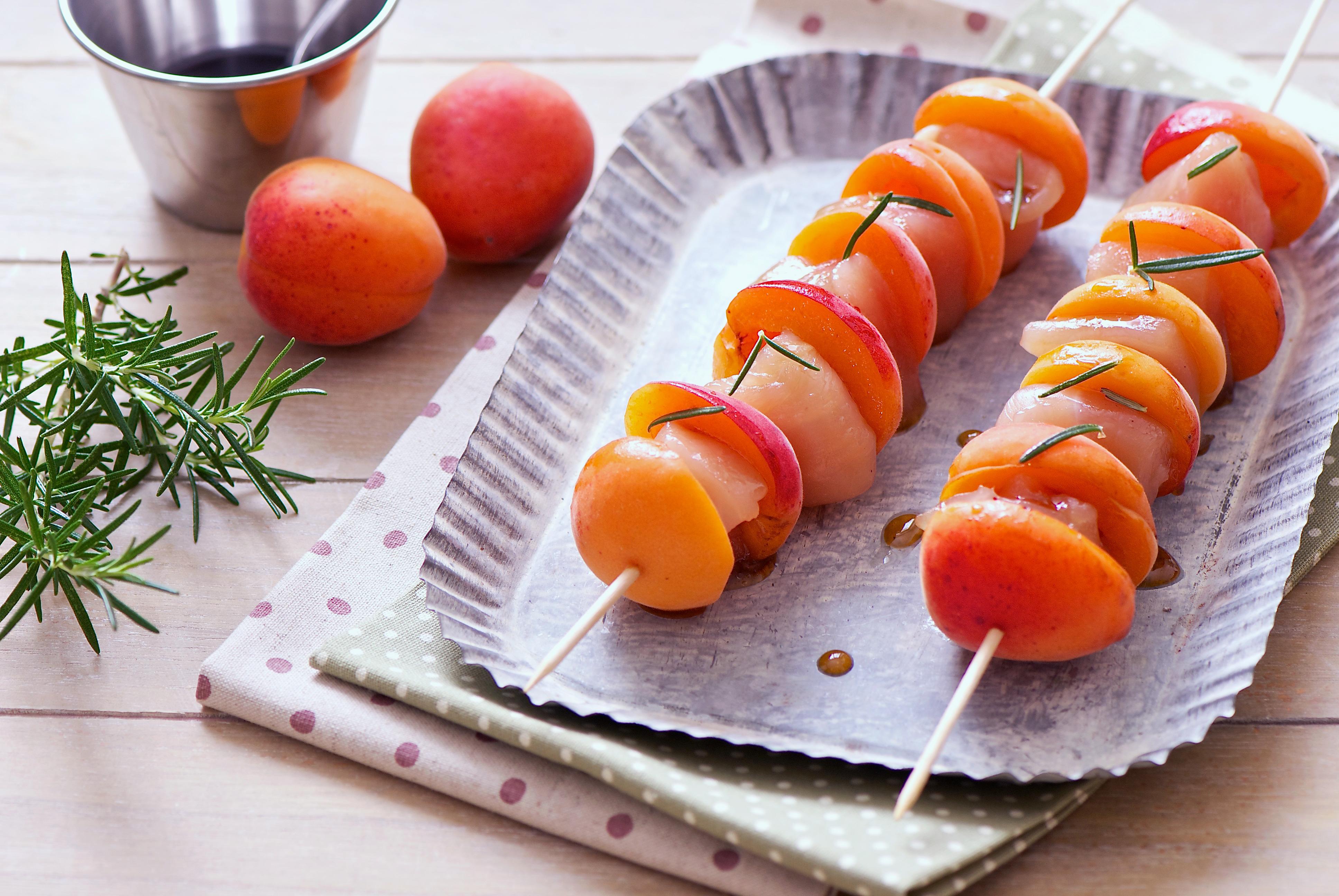 Brochette de poulet aux abricots et romarin
