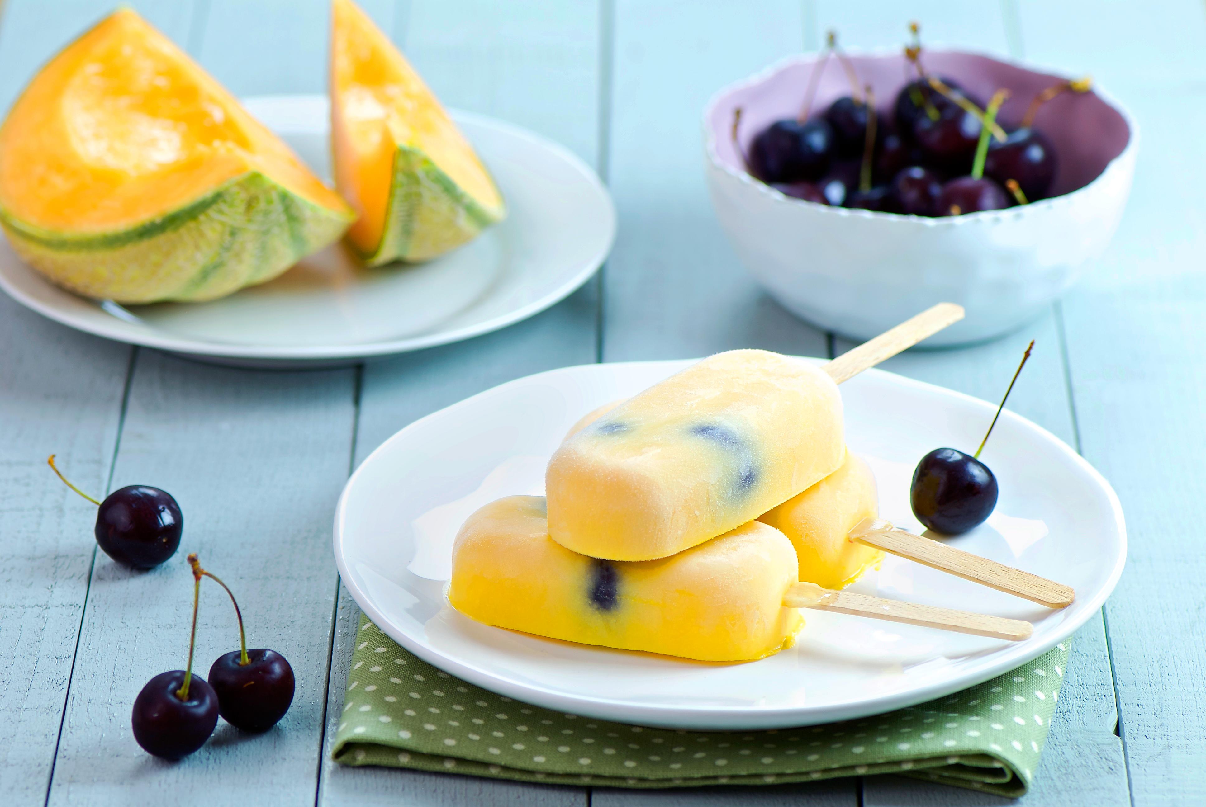 Sucettes glacées au melon et aux cerises