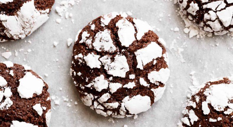 Les craquelés, des gâteaux tendres au chocolat, recouverts de sucre glace.